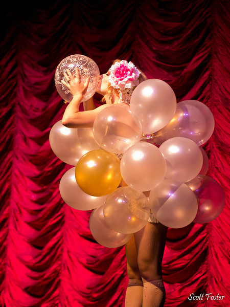 Jovie DeVoe's fabulous balloon act (Photo by Scott Foster)
